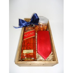 ARREGLO DE WISKY JOHNNIE WALKER RED LABEL, CORBATA & BOTANA